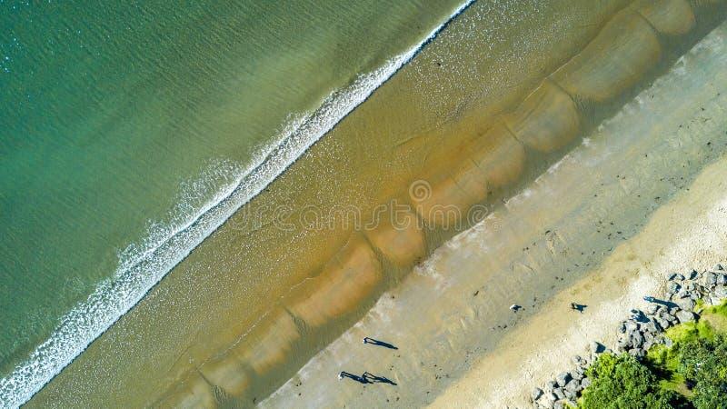 Vista aérea na praia ensolarada em uma maré baixa Auckland, Nova Zelândia foto de stock royalty free