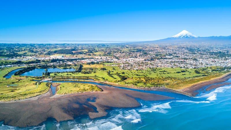 Vista aérea no litoral de Taranaki com um rio pequeno e Plymouth novo e na montagem Taranaki no fundo Região de Taranaki, Z novo imagem de stock royalty free