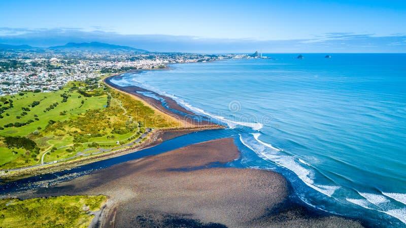Vista aérea no litoral de Taranaki com um rio pequeno e Plymouth novo no fundo Região de Taranaki, Nova Zelândia foto de stock