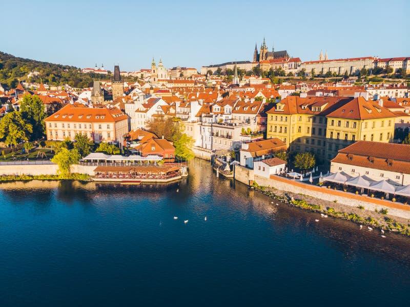 vista aérea no nascer do sol da ponte de Charles em Praga imagem de stock royalty free