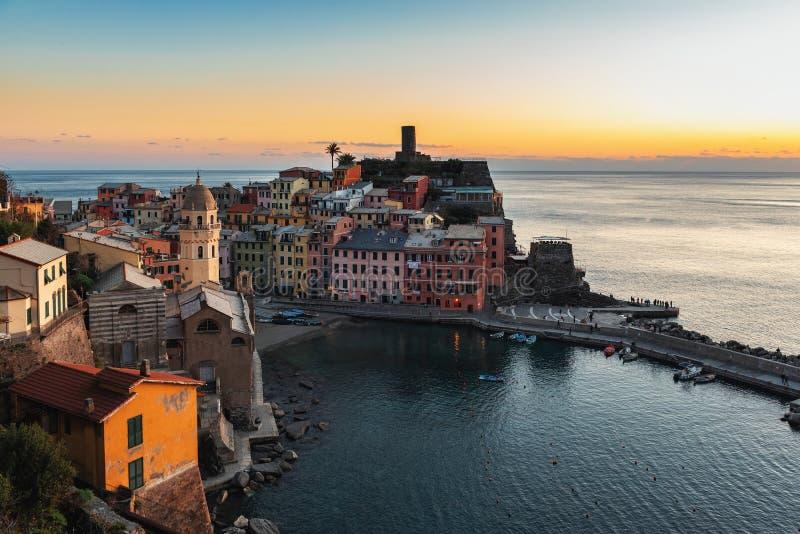 Vista aérea no por do sol sobre a cidade de Vernazza, parque nacional de Cinque Terre, Itália foto de stock royalty free