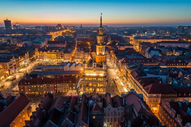 Vista aérea no quadrado principal de Poznan e na cidade velha na noite foto de stock royalty free