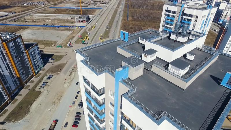 Vista aérea no telhado e na rua footage Vista superior do telhado de um prédio de apartamentos moderno fotografia de stock