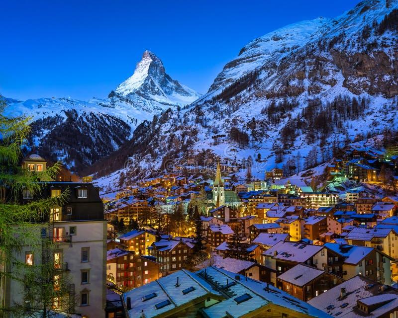 Vista aérea no vale de Zermatt e pico de Matterhorn no alvorecer foto de stock royalty free