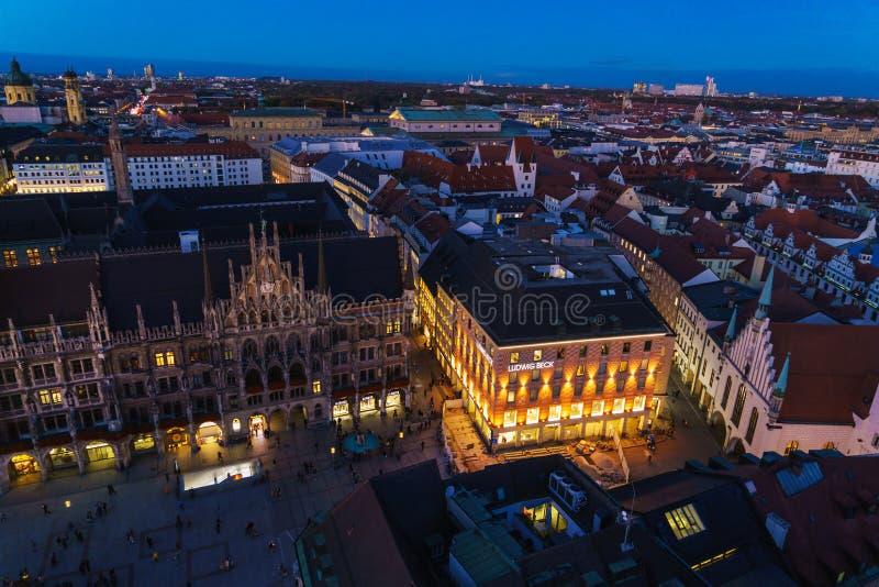 Vista aérea nuevo ayuntamiento y Marienplatz en la noche, Munic fotos de archivo