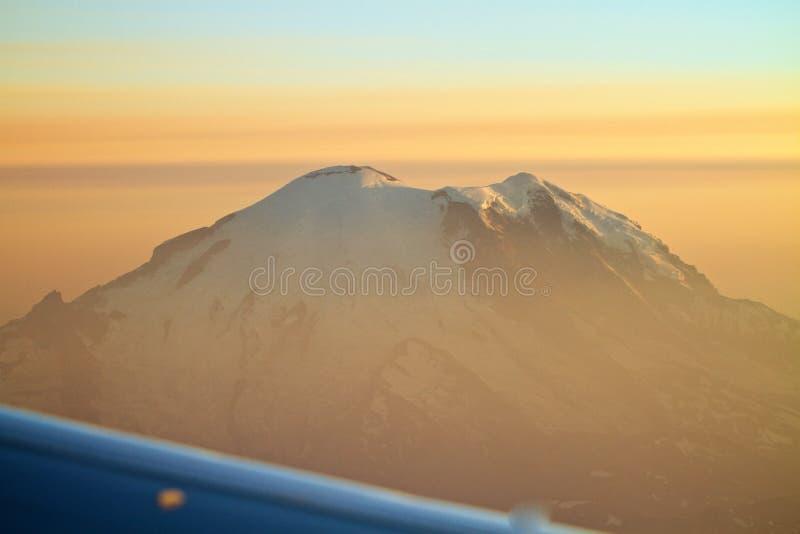 Vista aérea o Monte Rainier com por do sol em Washington foto de stock royalty free
