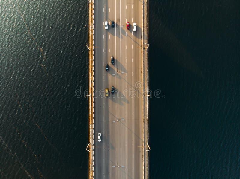 Vista aérea o superior del puente con la carretera o la carretera de asfalto sobre el río grande con el tráfico de coche de la ci imagenes de archivo