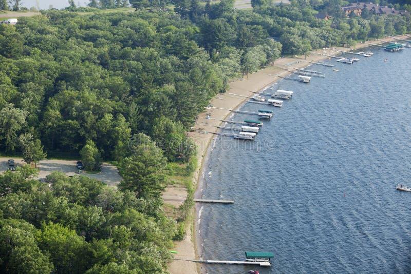 Vista aérea a orillas del lago con los muelles y los barcos en Minnesota fotografía de archivo