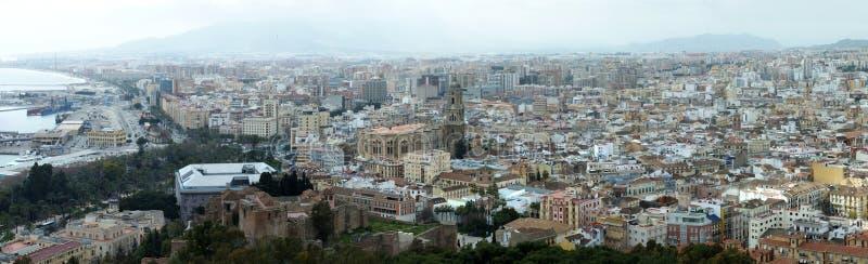 Vista aérea panorámica amplia de la ciudad de Málaga en España con los hitos históricos y los edificios urbanos abajo al mar y al foto de archivo