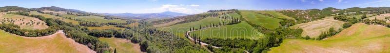 Vista aérea panorámica asombrosa de las colinas de Toscana en estación de primavera imágenes de archivo libres de regalías