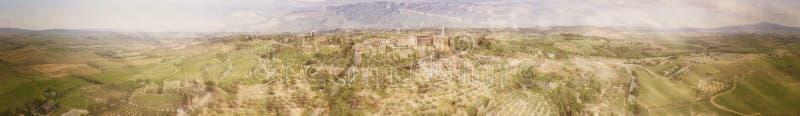 Vista aérea panorámica asombrosa de Pienza y de las colinas circundantes, T imagen de archivo