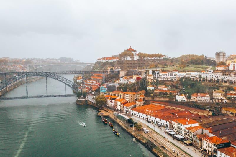 Vista aérea panorámica de casas viejas de Oporto, Portugal con Luis tiendo un puente sobre - un puente del arco del metal imagen de archivo libre de regalías