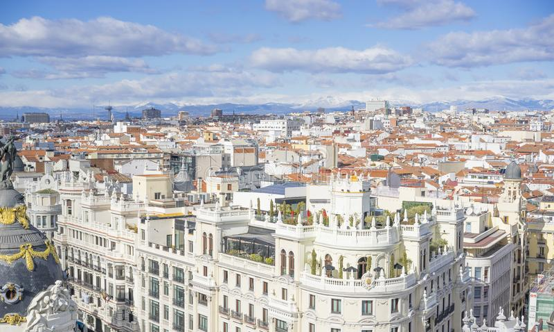 Vista aérea panorámica de Gran vía, calle principal de las compras en Madri foto de archivo libre de regalías