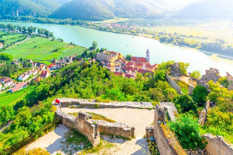 Vista aérea panorámica de la aldea Durnstein, Valle de Wachau del río Danubio, Austria fotos de archivo