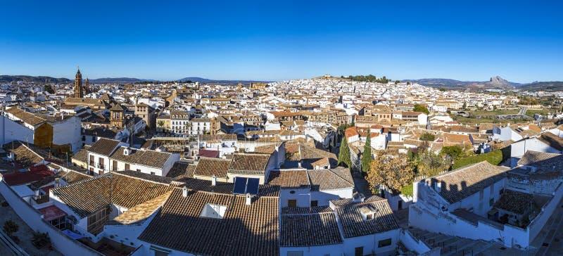 Vista aérea panorámica de la ciudad de Antequera, provincia de Málaga, Andalucía, España Turista famoso y centro cultural Montaña imágenes de archivo libres de regalías