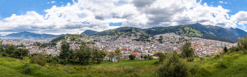 Vista aérea panorámica de la ciudad de Quito - Quito, Ecuador fotografía de archivo libre de regalías