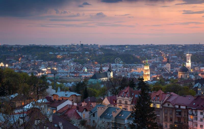 Vista aérea panorámica de la ciudad vieja en el ocaso Lviv, Ucrania fotografía de archivo libre de regalías