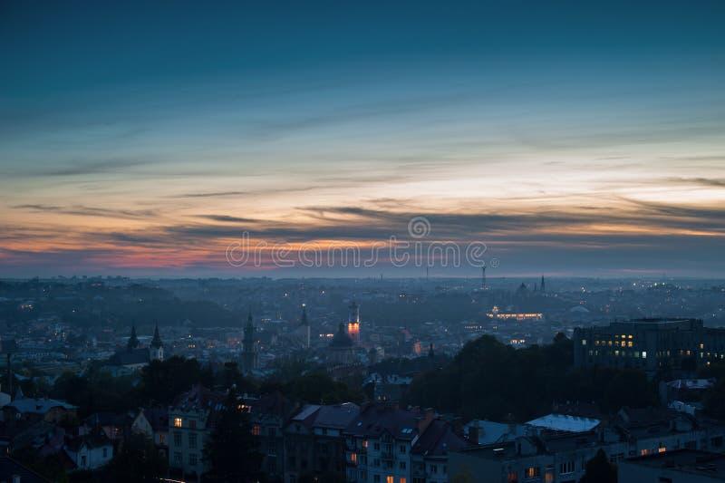 Vista aérea panorámica de la ciudad vieja en el ocaso Lviv, Ucrania, Europa imagenes de archivo