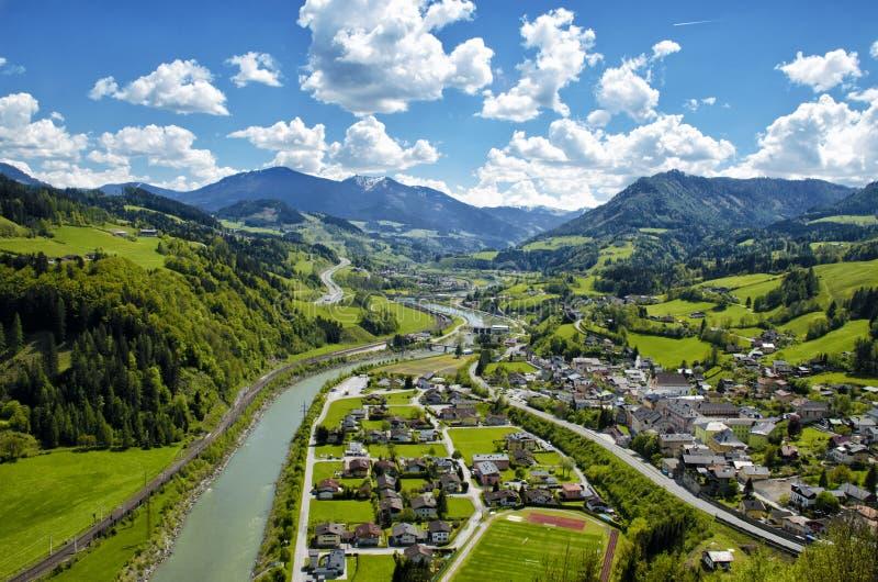 Vista aérea panorámica de las montañas y del pueblo de las montañas en val verde imagen de archivo libre de regalías