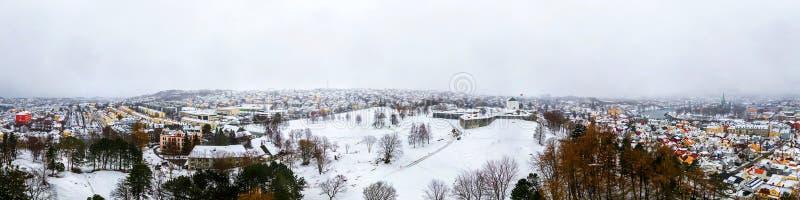 Vista a?rea panor?mica del centro de ciudad en invierno en Strondheim, Noruega con nevadas fuertes foto de archivo