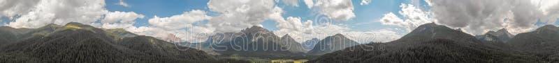 Vista aérea panorámica del escenario hermoso de las montañas del alpin imagenes de archivo