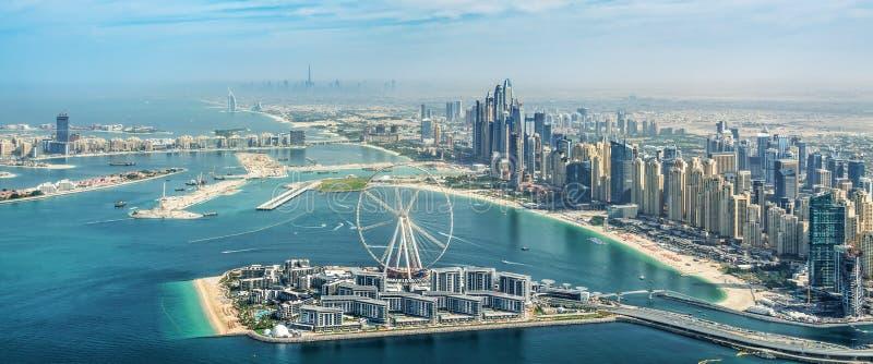 Vista aérea panorámica del horizonte del puerto deportivo de Dubai con la noria del ojo de Dubai, UAE imagen de archivo libre de regalías