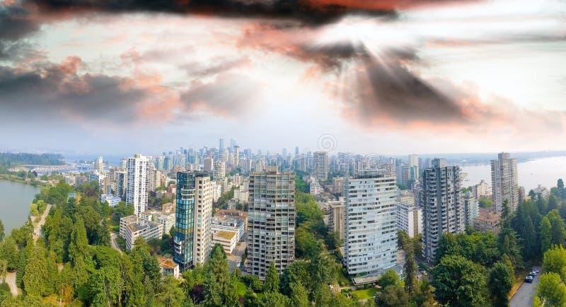 Vista aérea panorámica del paisaje urbano de Vancouver de Stanley Park, fotografía de archivo libre de regalías