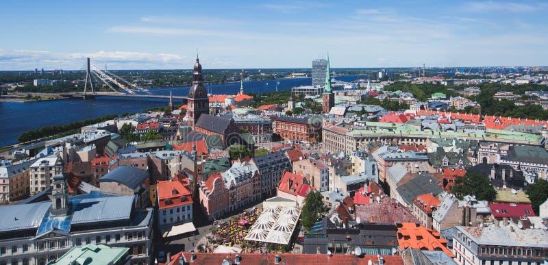 Vista aérea panorámica granangular estupenda hermosa de Riga, de Letonia con el puerto y del horizonte con paisaje más allá de la imagen de archivo libre de regalías