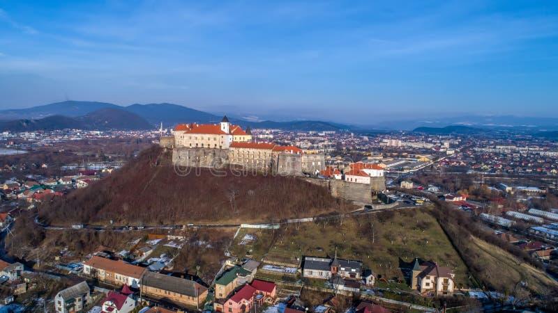 Vista aérea panorámica hermosa al castillo de Palanok en la puesta del sol y a la ciudad de Mukachevo fotografía de archivo libre de regalías