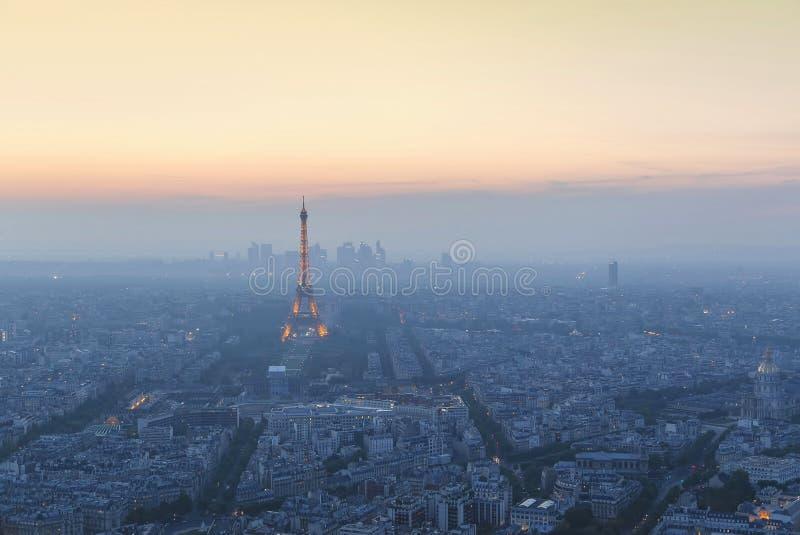 Vista aérea panorámica hermosa de París y de la torre Eiffel en la puesta del sol de la torre de Montparnasse foto de archivo