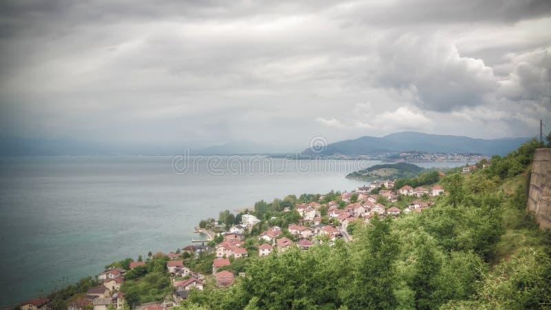 Vista aérea panorâmico ao lago e à cidade Ohrid de Konjsko, Macedônia norte imagens de stock