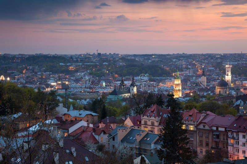 Vista aérea panorâmico da cidade velha no pôr do sol Lviv, Ucrânia imagens de stock