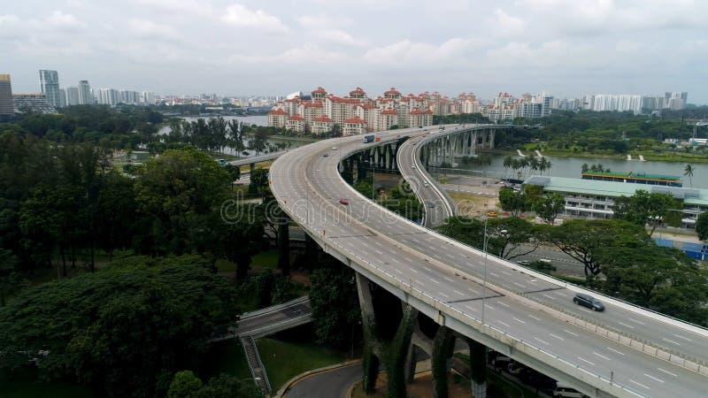 Vista aérea panorâmico da ponte do rio na cidade com as árvores nos parques tiro Opinião de Aearial da ponte com carros imagem de stock