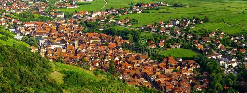 Vista aérea panorâmico larga de Alsácia, Ribeauville Vale verde fotografia de stock royalty free