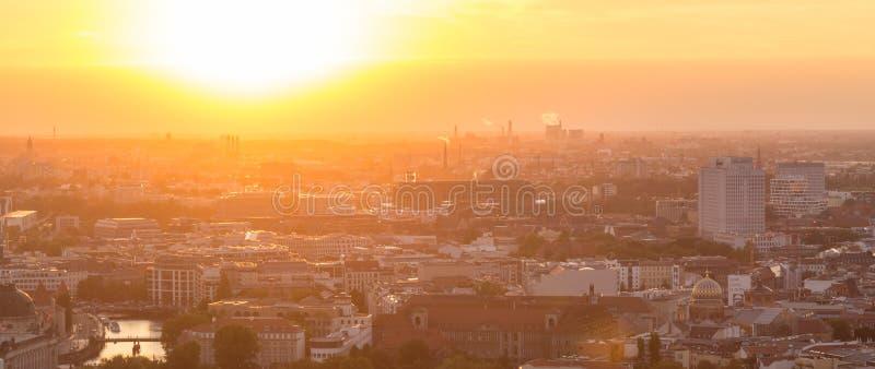 Vista aérea panorâmico sobre Berlim no por do sol colorido romântico fotos de stock royalty free