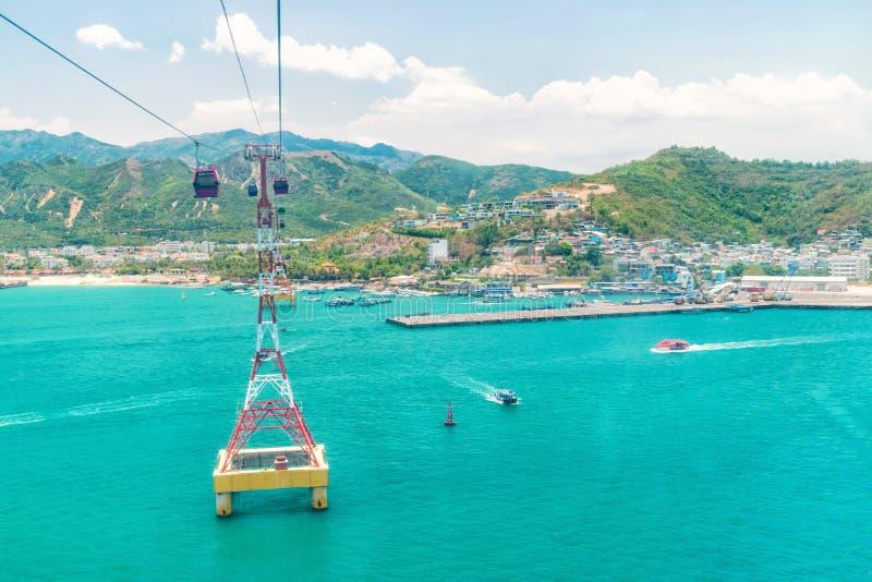 Vista aérea para o teleférico e barcos de flutuação na baía com costa arenosa fotografia de stock royalty free