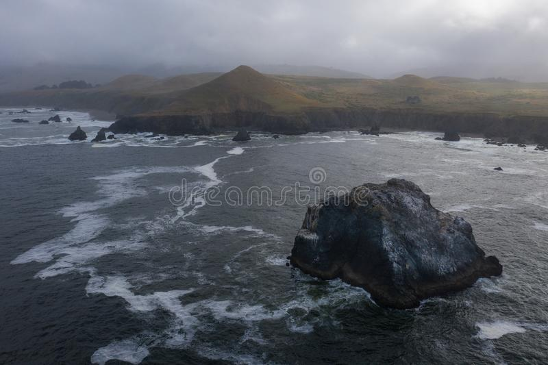 Vista aérea pilas del océano, mar y costa costa de California fotos de archivo