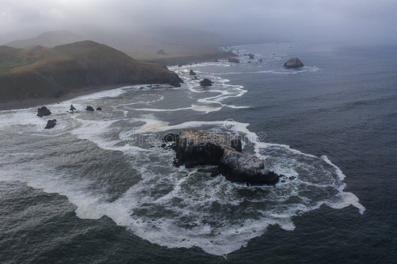 Vista aérea pilas del océano, mar y costa costa de California septentrional imagenes de archivo