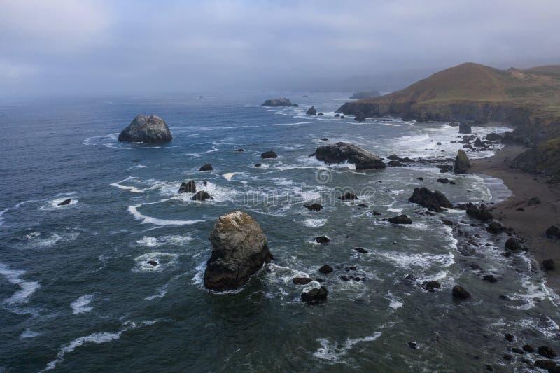 Vista aérea pilas del Océano Pacífico, mar y costa costa de California foto de archivo libre de regalías