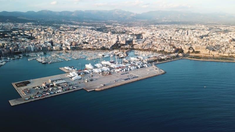 Vista aérea pintoresca del puerto costero de la ciudad con muchos barcos, montañas y cielo nublado existencias Puerto marítimo he fotos de archivo libres de regalías