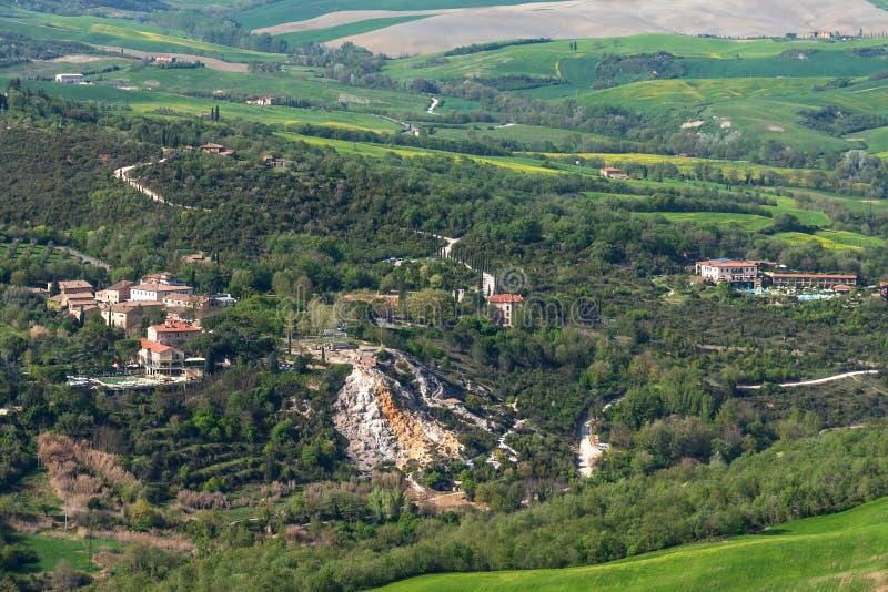 Vista aérea que sorprende de Bagno Vignoni de la fortaleza de Tentennano, Toscana, Italia fotografía de archivo