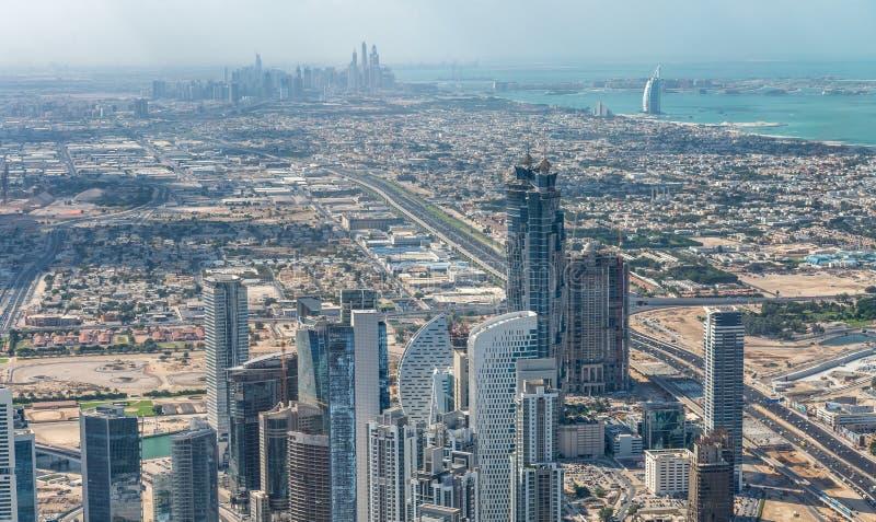 Vista aérea que sorprende de Dubai y del puerto deportivo céntricos en el fondo fotografía de archivo libre de regalías