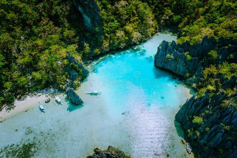 Vista aérea que sorprende del EL Nido Palawan Filipinas de la isla de la lupulización de la laguna de Cadlao de la turquesa Aturd foto de archivo libre de regalías