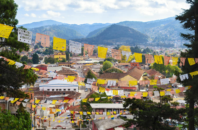 Vista aérea a San Cristobal de Las Casas com religiou numeroso imagem de stock