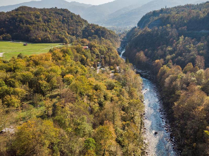 Vista aérea sobre Boves e Soca River Valley no outono foto de stock