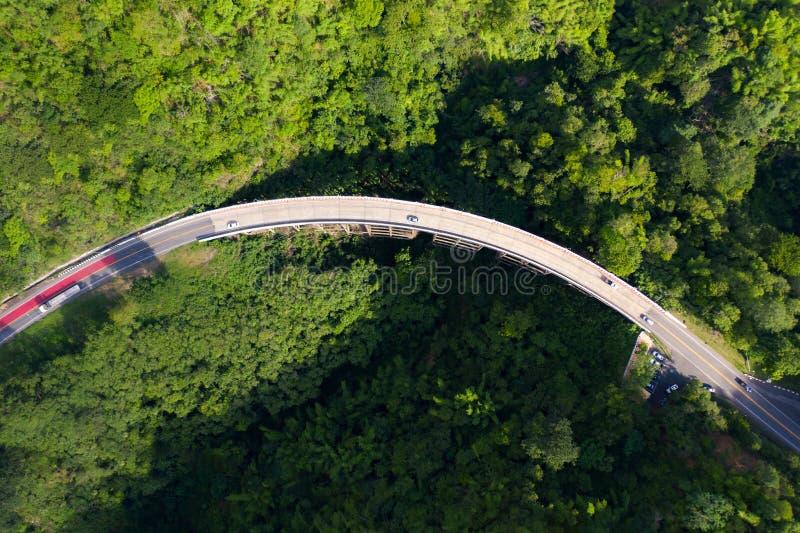 Vista aérea sobre a estrada da montanha que atravessa a paisagem tropical da floresta úmida em Tailândia foto de stock