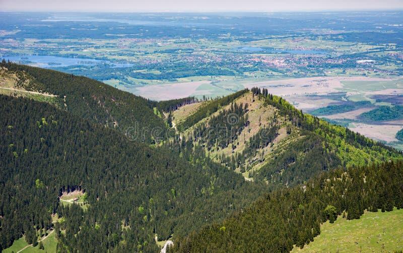 Vista aérea sobre lagos e uma cidade foto de stock