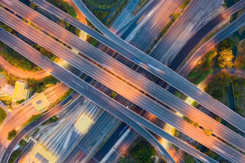 Vista aérea sobre los cruce de carreteras en el día. La carretera de Freeway que cruza la carretera de circunvalación exterior  imágenes de archivo libres de regalías