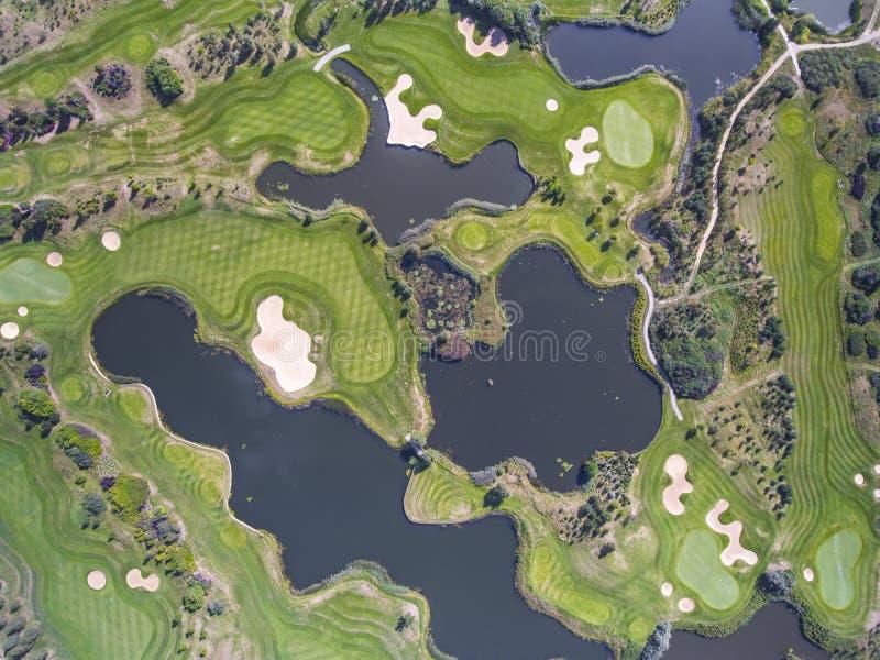 Vista aérea sobre o campo do golfe no Polônia Adultos novos imagem de stock