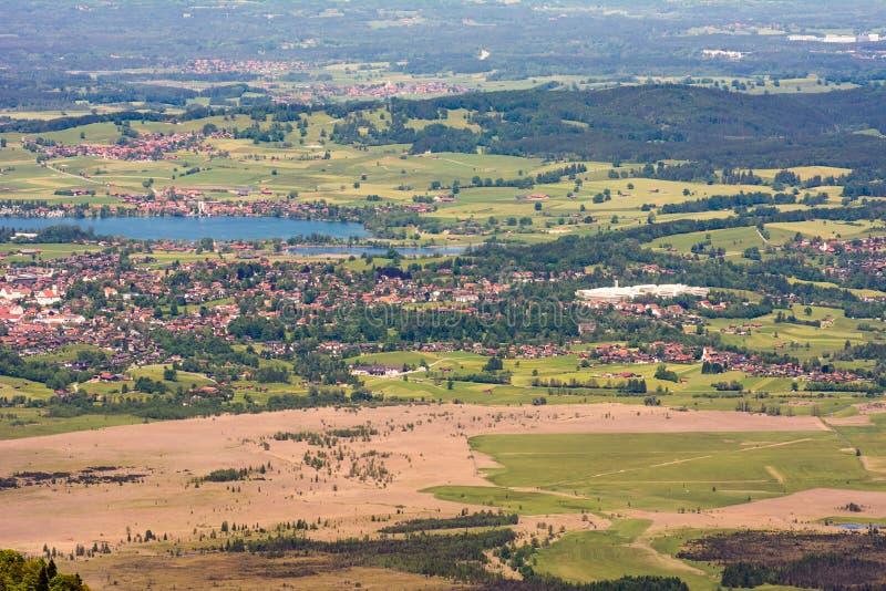 Vista aérea sobre o lago Staffelsee e Murnau imagem de stock
